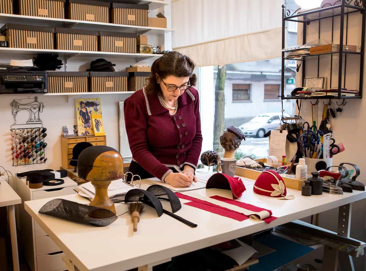 Hutmacherin Ricarda Engelsberger in ihrem Atelier