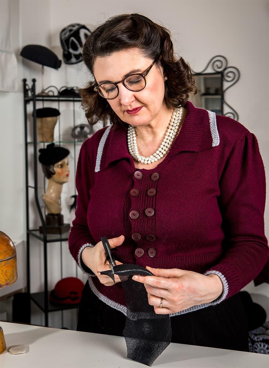 Hutmacherin Ricarda Engelsberger näht einen Hut