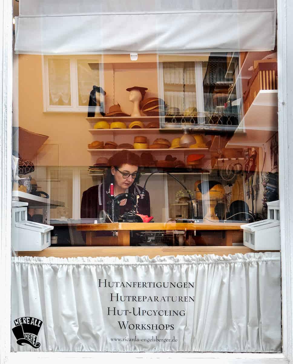 Hutmacherin Ricarda Engelsberger am Fenster ihres Ateliers