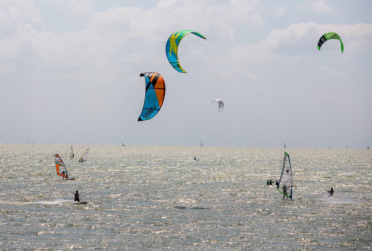 Kitesurfer auf dem Ijsselmeer bei Hindeloopen
