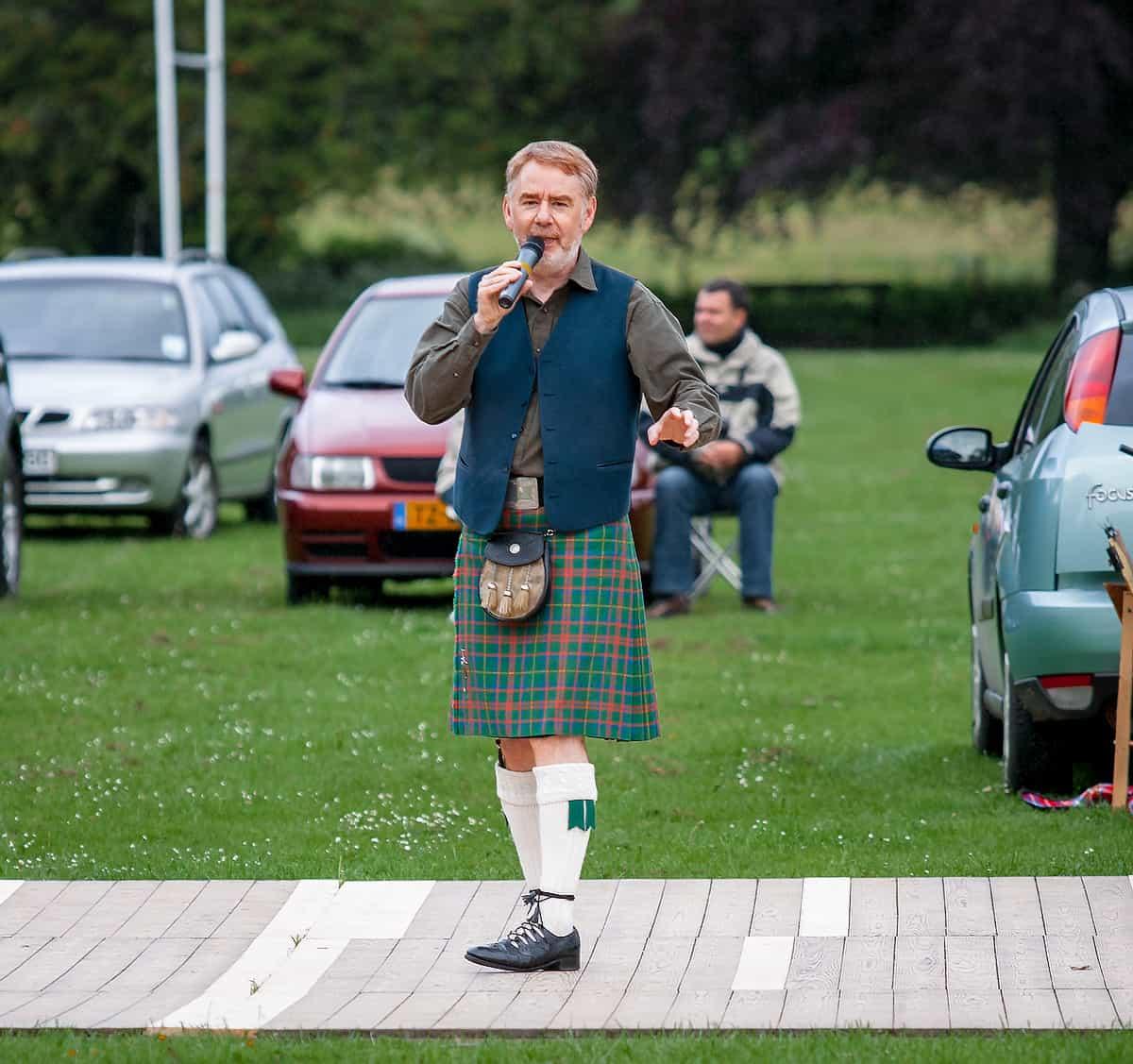 Moderator Allan Brown auf einer Highland Night in Pitlochry