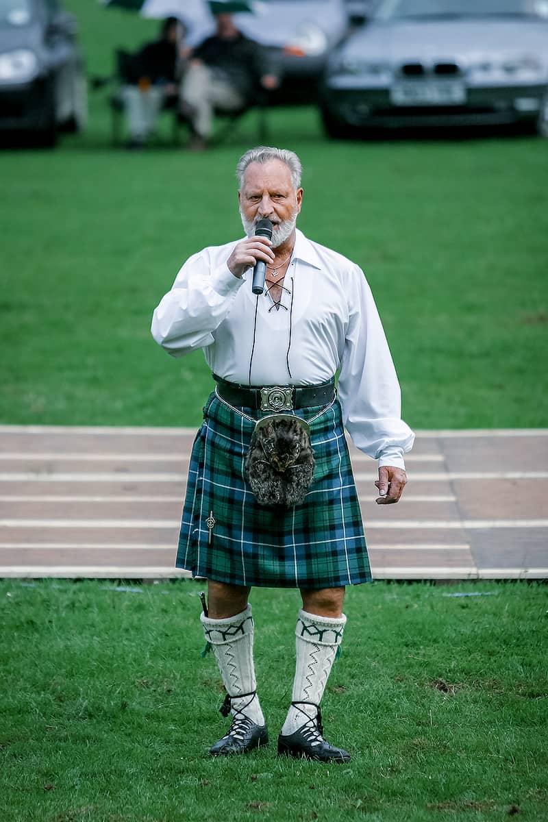 Sänger auf einer Highland Night in Pitlochry
