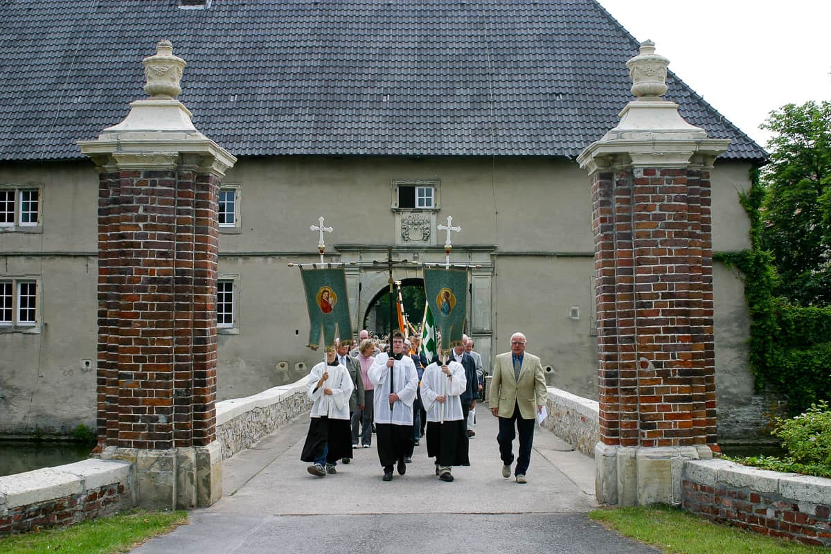 Fronleichnam-Prozession am Schloss Westerwinkel