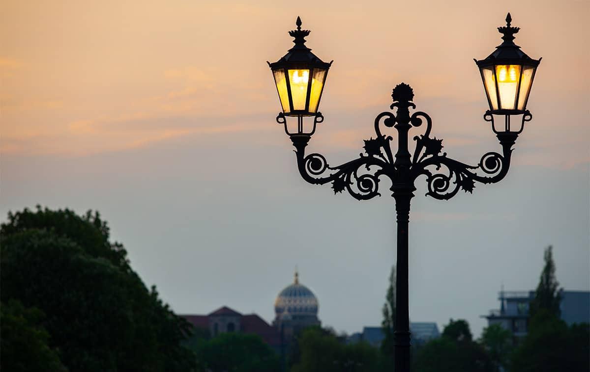 Berlin am Abend mit der Jüdischen Synagoge im Hintergrund