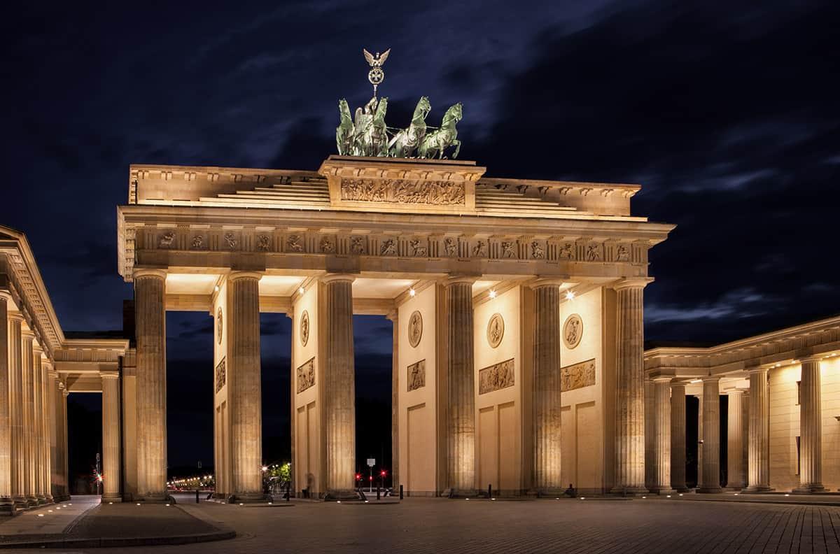 Das beleuchtete Brandenburger Tor am Abend vom Pariser Platz aus