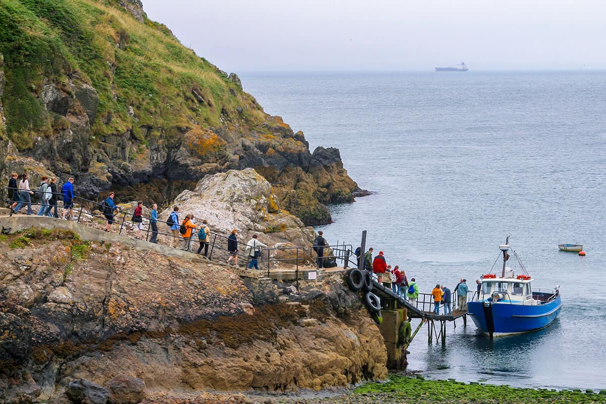 Besucher verlassen mit dem Schiff Skomer